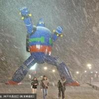 復興のシンボルに雪 神戸市の「鉄人28号」