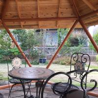 庭の中の東屋にグッドデザイン賞のプレートを設置しました