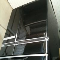 モノトーンの空間に黒い冷蔵庫
