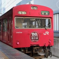播但線110周年記念のヘッドマークを掲げる赤い103系