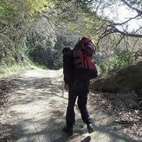 大きな荷物(ヘルメット等)持って、隣町まで岩登りへ