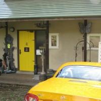 黄色いドアに、黄色い車!
