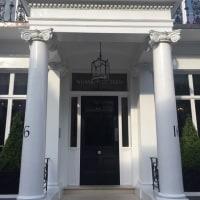 ロンドンでおすすめのアフタヌーンティー! 可愛らしいホテルの中庭で 試される糖質制限…