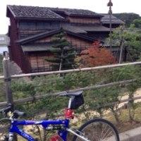 「屋根に石の家」