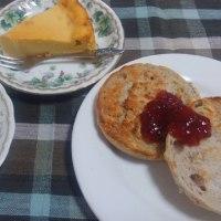 チーズケーキon  the ビスコ とミディアムローストコーヒー