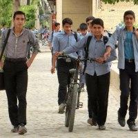 学校帰りのイラン中学生たち