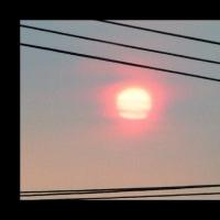 曇り空に赤い太陽…不思議