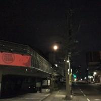 夜明け前、西の空へ沈んでいく、満月のおぼろ月。