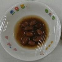 今日はロンパー組さんの試食会(2日目)で、保護者の方と子どもさんと一緒に給食を食べます。