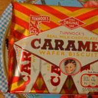おなじみトゥーノック社のレトロなお菓子、チョコレートがけ、キャラメル挟みのウエハース