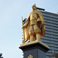 JR岐阜駅前の「黄金の信長公」の像は夕日を浴びて神々しく輝いていた!