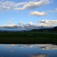 蓼科池に雨上がりの雲置く八ヶ岳。