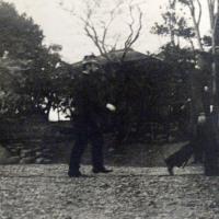44歳の明治天皇が歩く姿の写真が、明らかになった。