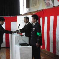 松原交通安全協会、山本会長・松原事業場防犯協会、柴田会長が松原警察署の警察官に感謝状をお渡ししました。