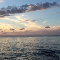 夕映えを諸手に抱へ海を見る空より確かな満ち潮の来る