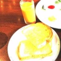 今日は外で朝食です