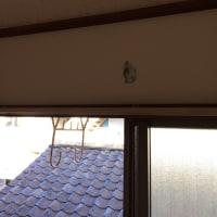 既存の配管穴が天井に近かったので東芝のエアコン。