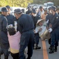 <沖縄ヘリパッド>政府、移設工事を再開 現場は大混乱