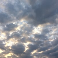 雲の谷間から射す光に