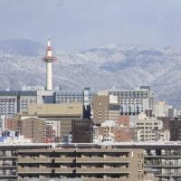 京都盆地を囲む白い山々