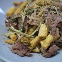 牛肉とヤングコーンの炒め物とカレイの塩焼きでごはん