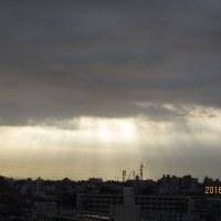 雲から 朝日が漏れて