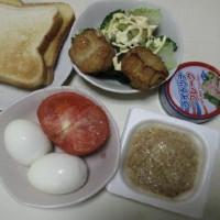 食パン2枚、ゆで卵2個、トマト、納豆、果物少々(自炊生活のブランチ)