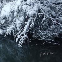 水辺の枝だに雪