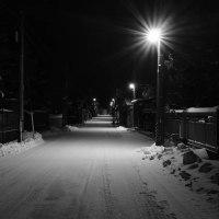誰もいない夜の町に街灯が光る