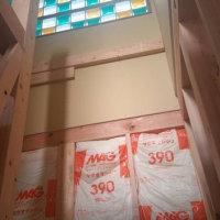 新築工事の途中・・・・現場での打ち合わせ(仮称)光の路と明るさのある家新築工事、ガラスブロックを通じて屋内空間を照らす光を楽しみながらカタチの状態を視察して「デザイン」をカタチへ確認。