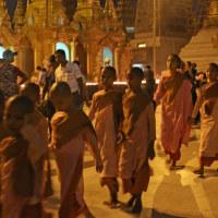 ミヤンマー最大の聖地 シュエダゴン・パヤーの夕暮れ時 4