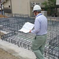 住まいの設計デザイン新築工事・・・現場でのカタチづくりが進んでいるところ、建物を支える部分「基礎工事」でコンクリートに隠れる鉄筋を・・・・・。