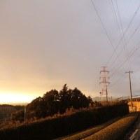 セピア色の夕陽と雨雲の中の虹