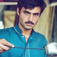 パキスタンのチャイ売り青年、世界中で「イケメン」と話題、でも社会問題にも!