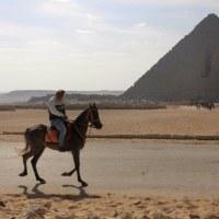 馬にまたがって、GIZA のピラミッド巡り
