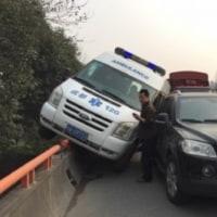 救急車が相手でも譲らず、中国の交通事情を反映