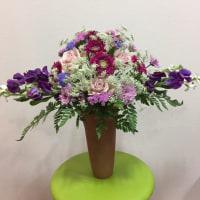紫のスィートピーとガーベラを使ってホリゾンタルスタイル。