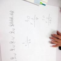 小学1、2年生の子どもたちの算数レッスンの様子です