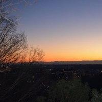 朝焼けの前の山