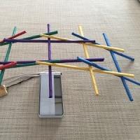 カラー紙テープをまいた割り箸でレオナルドの橋を作ってみました ~ 孫との遊びです