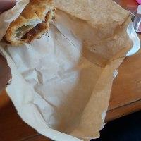 ハンバーガーやパンの包み紙の端を折って、落ちた物をこぼさない、おぼんにする
