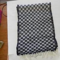市松模様のマフラーを織る
