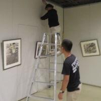 楽描き水彩画「業者頼りの飾りつけ=グループ展・第10回風の游子展の作品搬入と展示作業」
