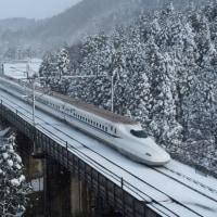 冬の関ヶ原・米原を走る新幹線