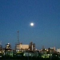 東のそらが朝焼けになる頃、西の空には満月が…。
