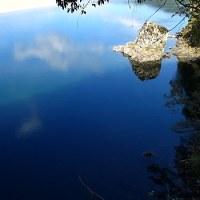 初冬ブルーの空と川