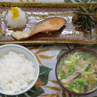 北海道の秋鮭を焼いてきのこ汁朝定食に添える朝