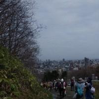 4月25日(火)さっぽろ自然散歩~藻岩山平和塔~の様子