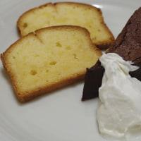 2種類のケーキにホイップした生クリームを添えて