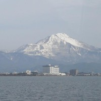囲碁と春雪に輝く伊吹山